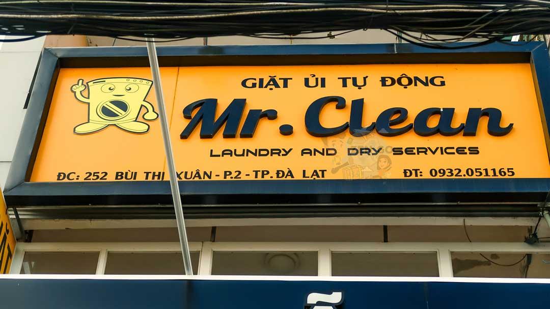 bảng hiệu của tiệm Giặt ủi Mr.Clean