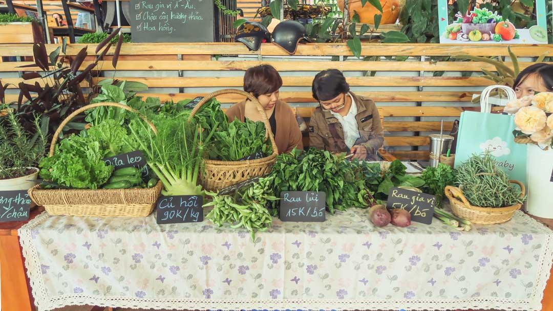 Một gian hàng rau củ quả trong phiên chợ