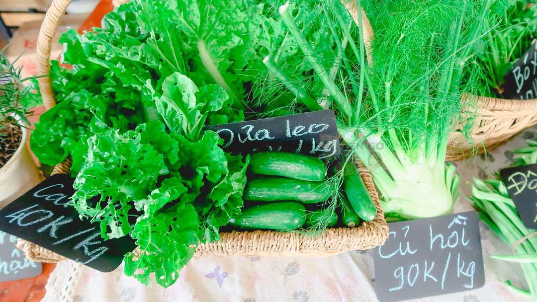 Ngoài xanh ra thì rau củ quả ở phiên chợ còn có cả sâu nữa =))
