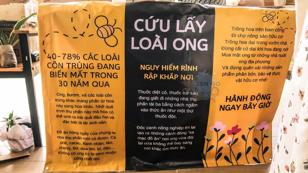 Một banner khẩu hiệu trong phiên chợ