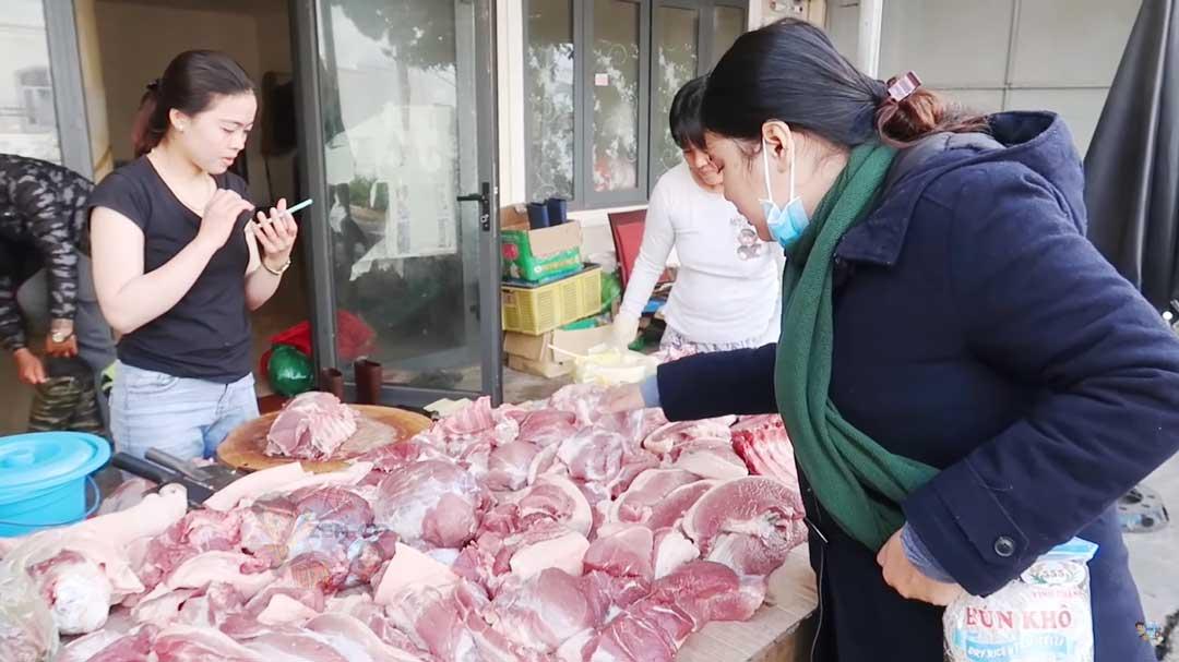 Đi mua thịt ở đường Hà Huy Tập